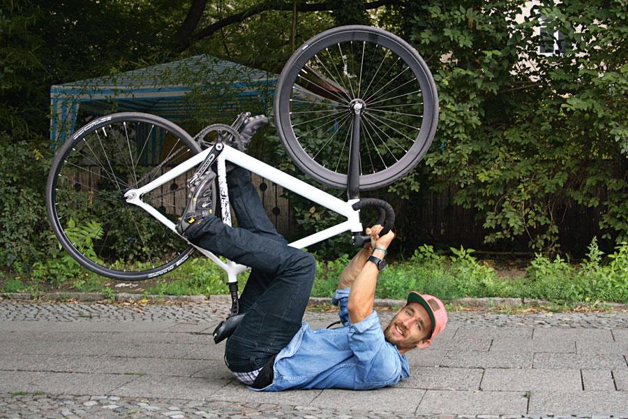 Max Jonas Baginski, einer der 90 in «Cycle Love» vorgestellten Velofahrerinnen und -fahrer, fährt Velo, «weil es immer ein Stück Urlaub ist, wenn man auf dem Rad sitzt».