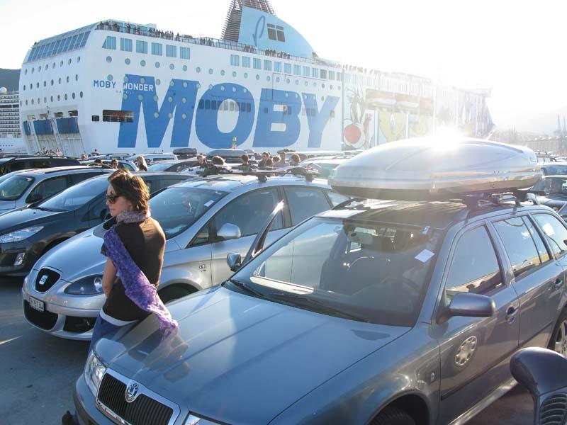 Autos, soweit das Auge reicht: Am Fährhafen in Genua, wartend auf die Überfahrt nach Korsika. Ein paar wenige Velofahrer wagen sich in den stinkenden Schiffsbauch.