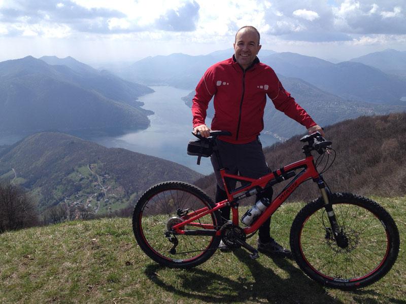 Roland Fischer auf dem Mountain Bike
