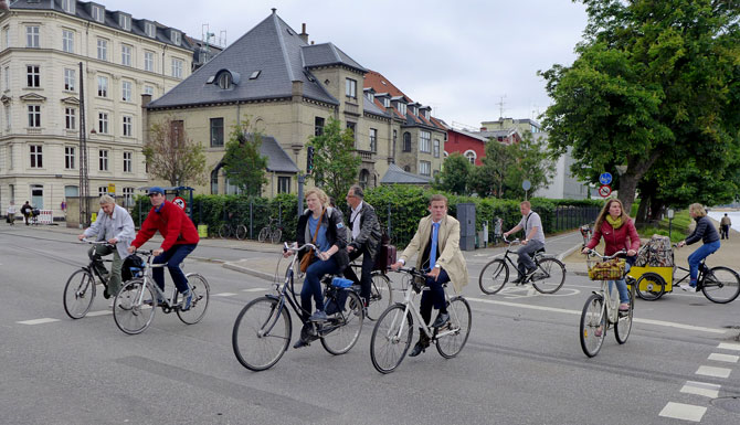 Velofahrer auf einer Kreuzung in Kopenhagen. (Wer gut hinschaut, erkennt einen Luzerner darunter...)