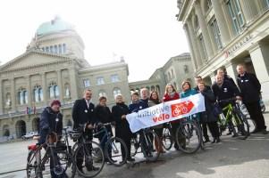 Das Initiativkomitee vor dem Bundeshaus.