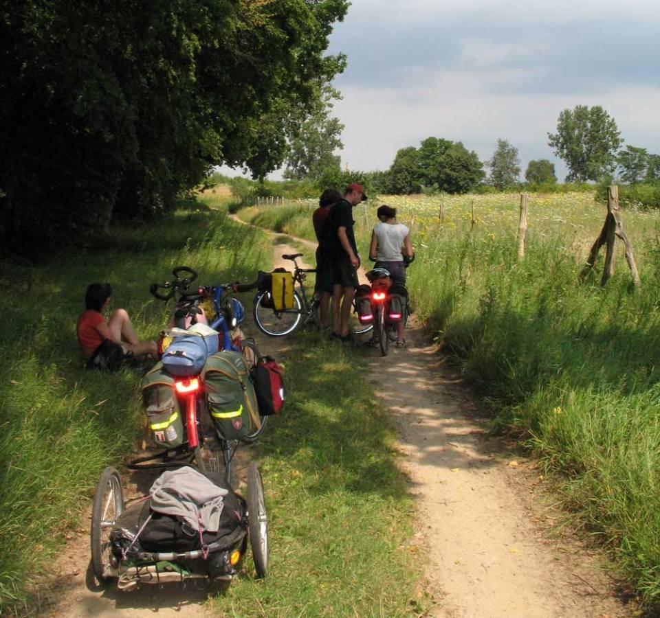 Mit Sack und Pack mit den Kindern unterwegs 2007 in der Mecklenburgischen Seenplatte. Da war ein Anhänger eine praktische Lösung.   © 2007 Dominik Thali
