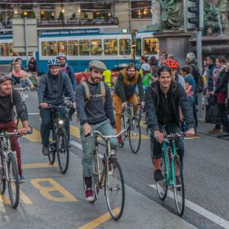 Feierabendverkehr auf die gemütliche Art: Die Velodemo quert den Bahnhofplatz. | © 2017 Dominik Thali