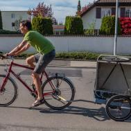 Erster Lastentransport: Mit dem neuen Hinterher-Anhänger wird der alte abtransportiert.