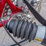 Die Weber-Kupplung verbindet den Hinterher sicher mit der Hinterachse. Die Kupplungsplatte ist eine Extraanfertigung des Rahmenbauers.
