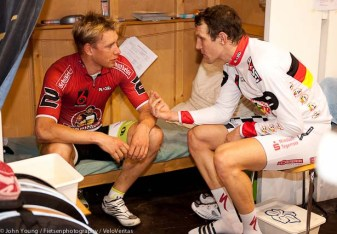 Countrymen Kluge and Kalz chat.