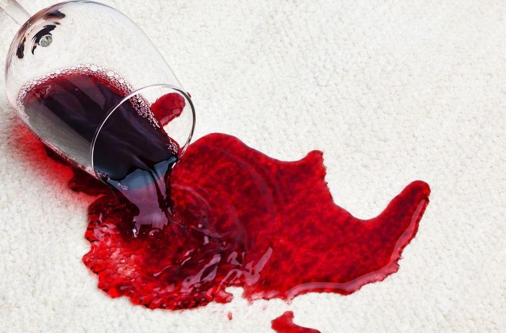 Como tirar mancha de vinho da roupa ou da toalha?