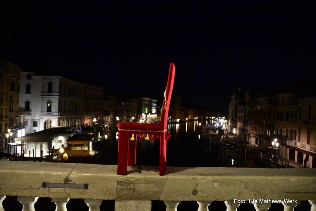 "Venedig, Corona. Der vierte umhäkelte Stuhl ist fertig, Modell ""Venezia""."