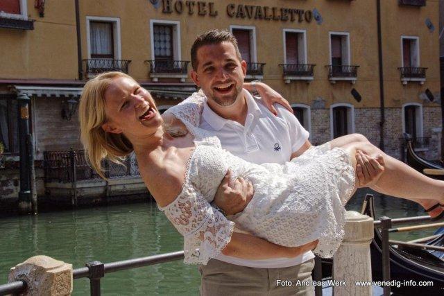 Und wieder ein glückliches Paar, bei ihrem besonderen Tag in Venedig. Mit seinem Heiratsantrag in der Gondel hat dieser junge Mann seine zukünftige Ehefrau sehr glücklich gemacht. Wir haben alles in zahlreichen Bildern festgehalten. Foto: Mit freundlicher Genehmigung von Daniel Roeder