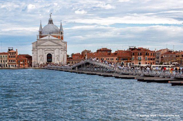 Die traditionelle Brücke über den Giudecca-Kanal für das jährliche Redentore-Fest.