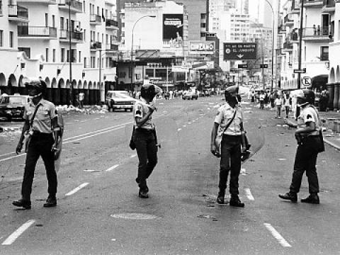 Los organismo de seguridad reprimian a los amnifestantes.