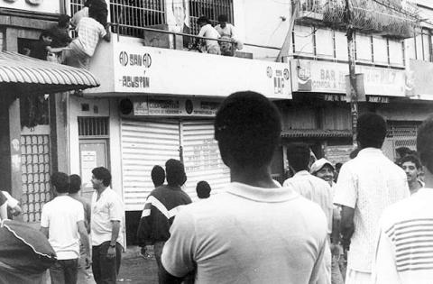 Miles de establecimientos comerciales fueron saqueados.