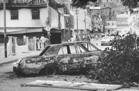 Diversos vehículo fueron incendiados durante el Caracazo de 1989.
