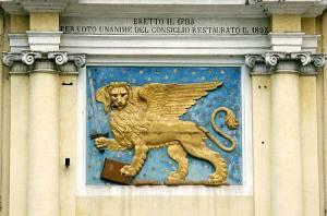 """il magnifico Leone marciano, restaurato per volontà della Comunità nel 1893, armato di spada.Era """"tera de confin"""" con l'Austria, e le contese per via dei pascoli, con i feudatari dirimpettai, eran frequenti. Vigilava la Milizia di Asiago."""