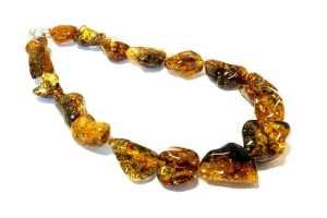 ambra del Baltico particolarmente brillante e gialla, ricca di inclusioni fossili