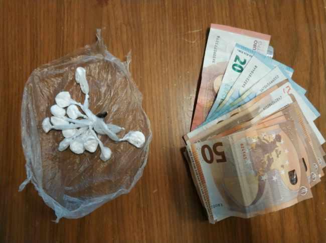 Cerca di fuggire, spacciatore arrestato con cocaina e contanti