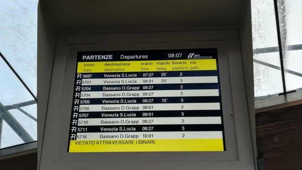 Disagi sulla linea Venezia-Bassano: veicolo bloccato sui binari