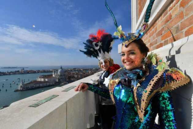 Erika Chia e Micol Rossi volano su Piazza San Marco
