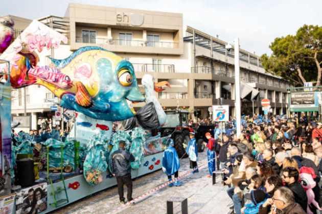 Tre chilometri di allegria per la sfilata dei carri di Jesolo 2019