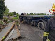 Autoarticolato perde lastre di ferro: bloccata la Castellana