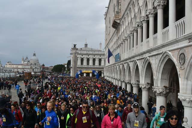 In migliaia alla scoperta di Venezia con la Su e Zo per i ponti