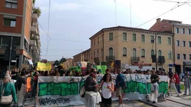 Fridays for future: la manifestazione per il clima a Mestre