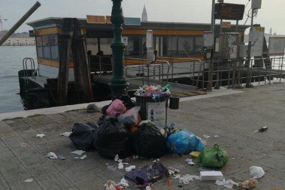 Venezia: i cestini non sono cassonetti per i rifiuti urbani