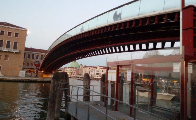 Dorme sul pontile dell'ovovia del Ponte di Calatrava: multato