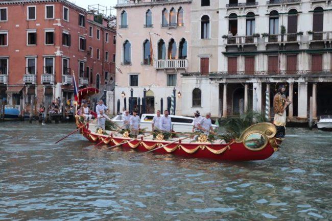 Aspettando la regata: grande festa all'Erbaria di Rialto