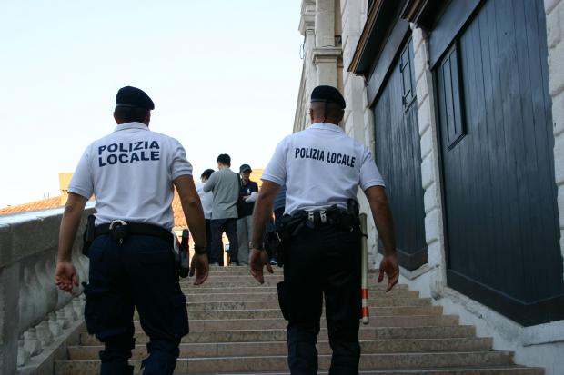 Borseggiatori sorpresi a Rialto, scatta la colluttazione: