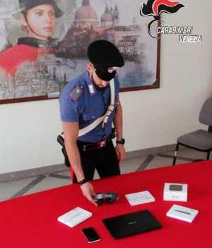 Rubano accessori Apple da Mediaworld: arrestato 28enne