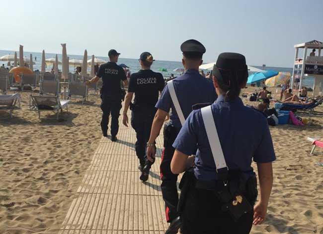 Venditori abusivi a Jesolo: sequestrata merce per 7mila euro - Televenezia
