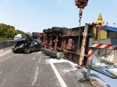 Schianto tra camion e due auto: zona industriale di Padova in tilt