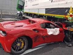 Ferrari finisce sotto il Tir: chiuso il Passante di Mestre