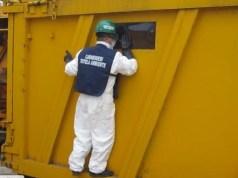Container colmi di rifiuti abbandonati: si teme per l'ambiente