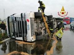Camion che trasporta vino si ribalta lungo la Romea