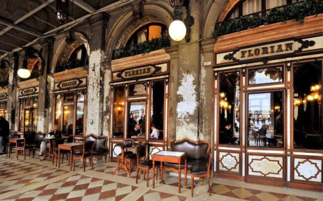 Caffè Florian chiuso per l'acqua alta: danni ingenti