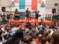 Babbo natale arriva in elicottero e distribuisce doni ai bambini