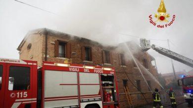 Camponogara, incendio sul tetto di una palazzina: famiglie evacuate