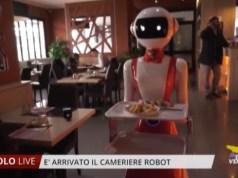 """Robot cameriere """"Emiglia"""" arriva in un ristorante cinese"""