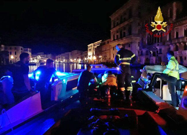 Cade in Canal Grande a Venezia: salvata dai vigili del fuoco