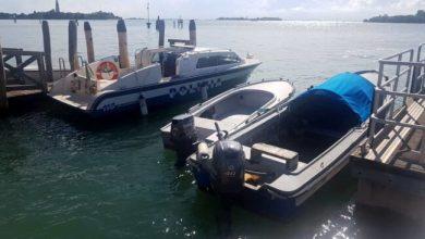 Inseguimento tra i canali del Lido: barca sfreccia ad alta velocità - Televenezia