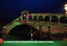 Il Ponte di Rialto trasformato in un libro sulla storia di Venezia