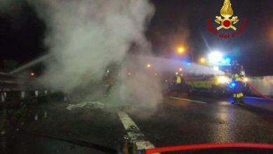 Tir carico di legname in fiamme nell'autostrada A4