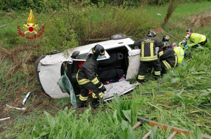 Statale Romea, auto finisce fuori strada: ferito l'autista Televenezia