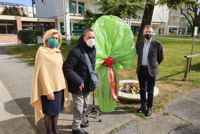"""Maxi uovo di Pasqua per gli anziani della """"Francescon"""" di Portogruaro"""