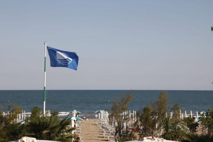 Spiaggia di Jesolo riceve la diciottesima bandiera blu - Televenezia