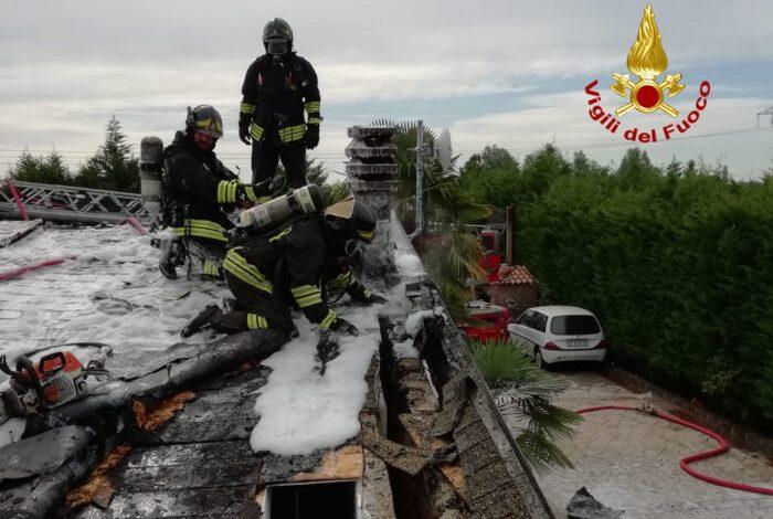 I vigili del fuoco sono intervenuti ad Asseggiano a Venezia per l'incendio del tetto in legno di un'abitazione: nessun ferito