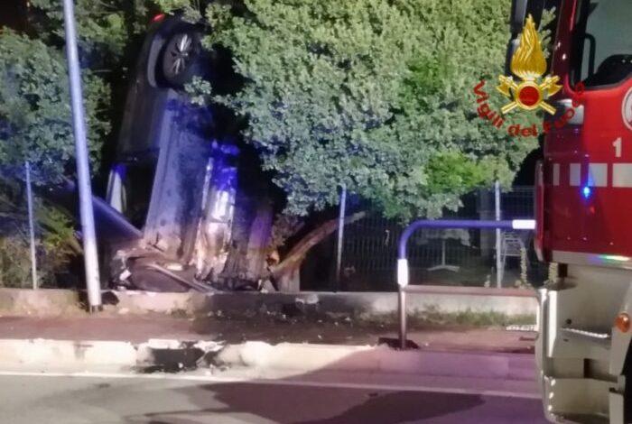 Cavallino Treporti: auto finisce rovesciata in verticale - Televenezia