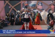 Amen dedica un premio alle donne che soffrono al Lido di Venezia